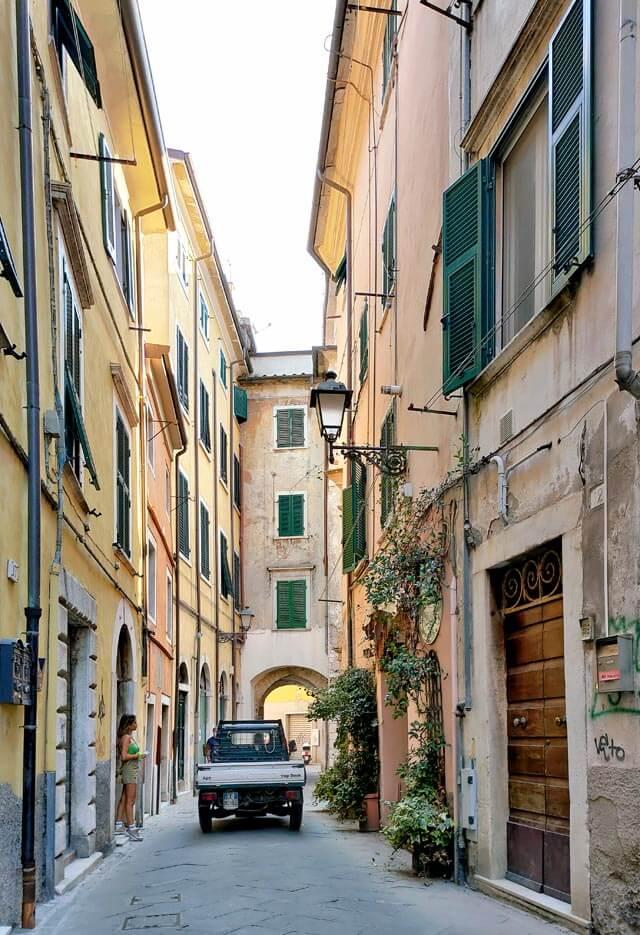 Il centro storico di Carrara ha scorci stupendi e case colorate