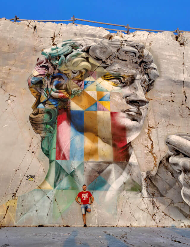 Simone Colombo @srake al murales di David di Michelangelo di Kobra