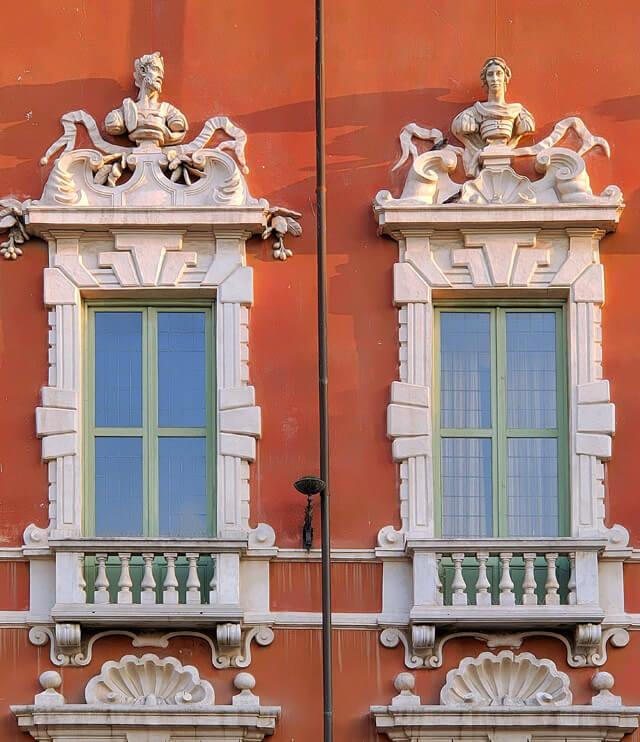 Il Palazzo Ducale di Massa ha una facciata barocca con volti scolpiti