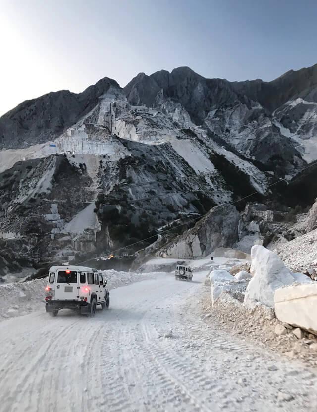 Cosa fare a Carrara? Visitare le cave di marmo in jeep