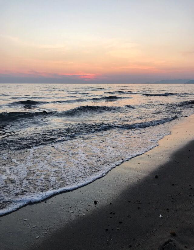 Una delle cose da fare a Massa e Carrara è vedere il tramonto dalla spiaggia
