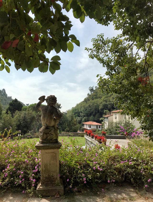 Villa Giorgini Schiff a Montignoso (MS) ha un bel giardino all'italiana