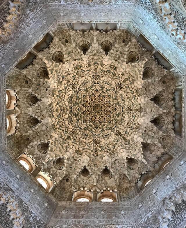 L'Alhambra di Granada ha soffitti in gesso, capolavori d'arte araba/moresca