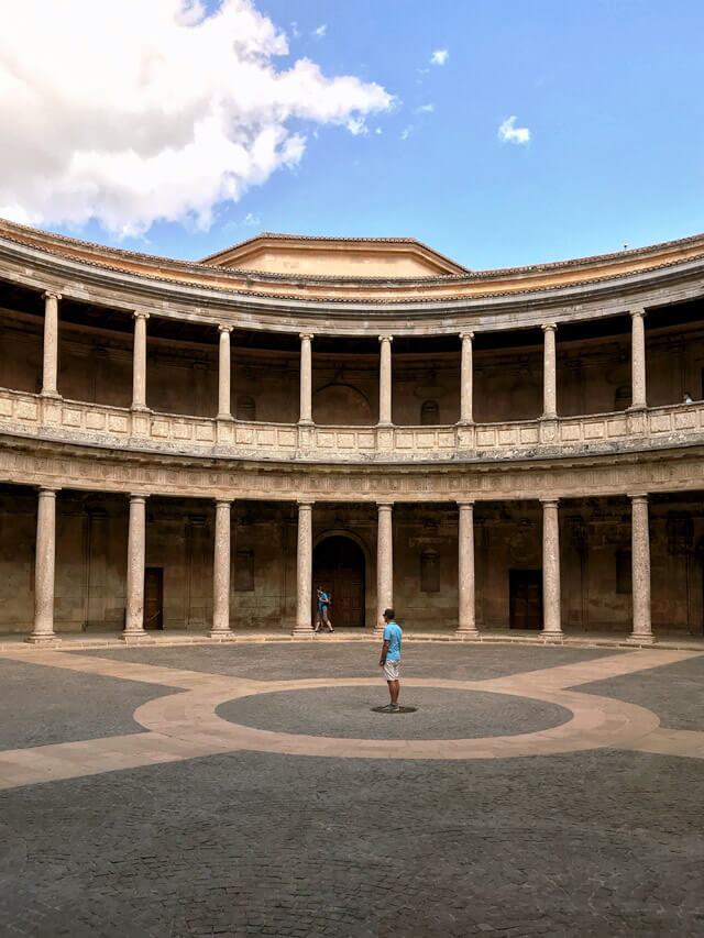 Il Palazzo di Carlo V contrasta con gli altri edifici dell'Alhambra