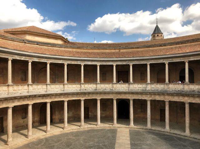 Il Palazzo di Carlo V è stile rinascimentale puro dentro l'Alhambra di Granada