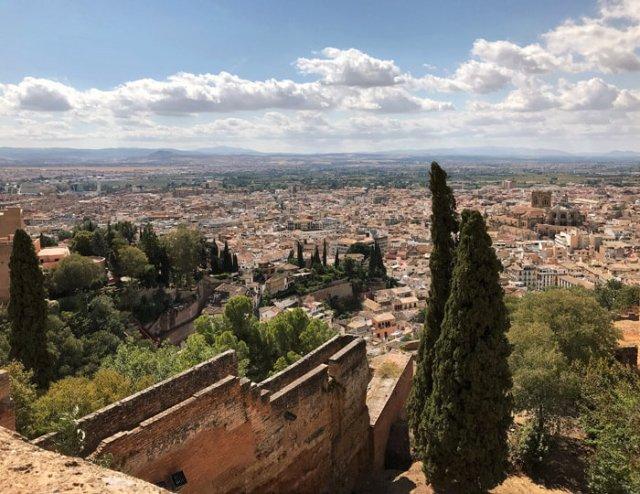 Dalle torri dell'Alcazaba dell'Ahambra hai grandi viste su Granada
