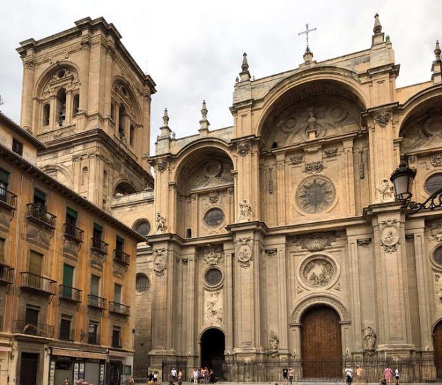 La facciata della Cattedrale di Granada ha tre arcate barocche