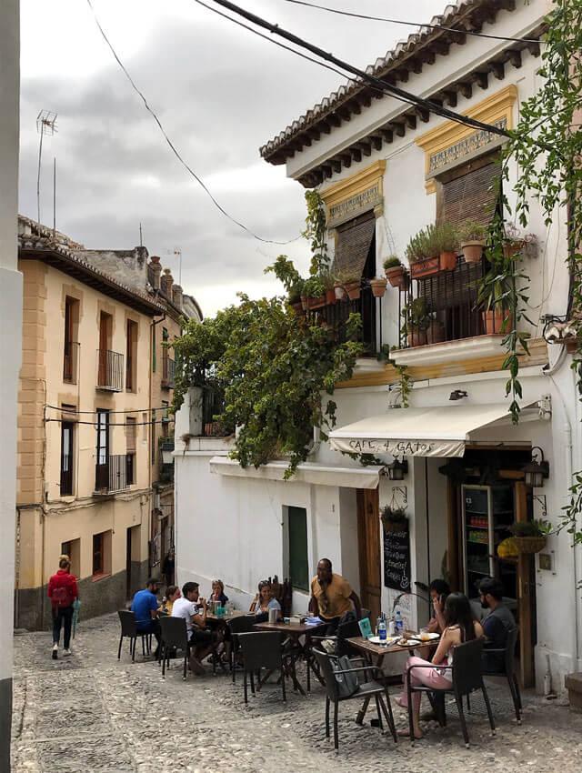 Che posti visitare a Granada gratis? C'è L'Albaicin, il quartiere moresco dalle case bianche