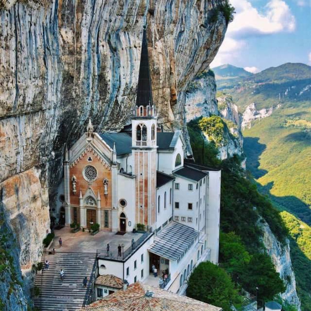 Il Santuario della Madonna della Corona è un posto da fotografare in Veneto