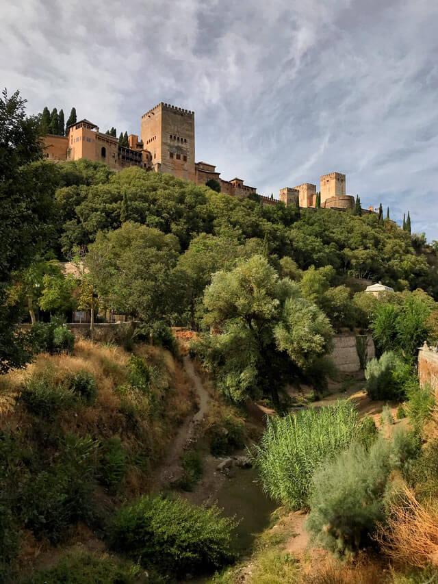 L'Alhambra di Granada con le mura svetta sopra l'Albaicin