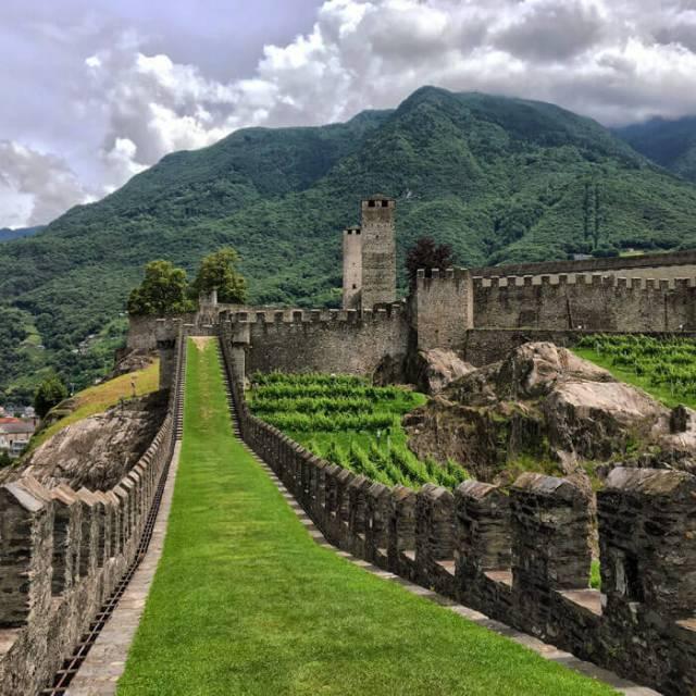 Cosa vedere a Bellinzona in Ticino? Il Castelgrande con la murata fantastica