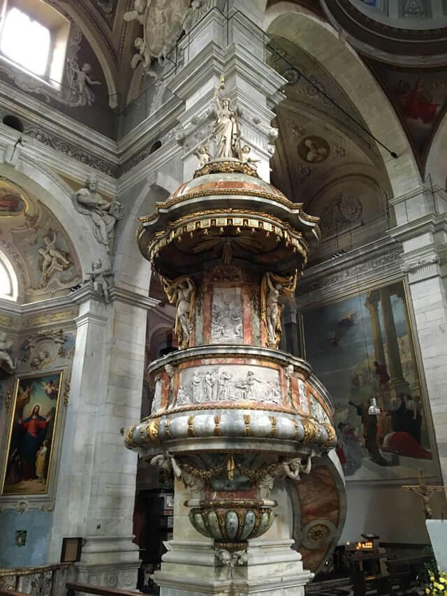 La Collegiata dei santi Pietro e Stefano di Bellinzona ha un interno barocco stupendo