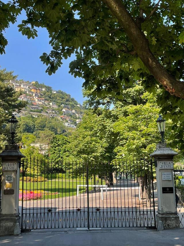 Il cancello di ingresso di Villa d'Este con aiuola fiorita