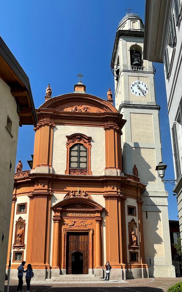 La chiesa di San Vincenzo a Cernobbio ha la facciata barocca in cotto