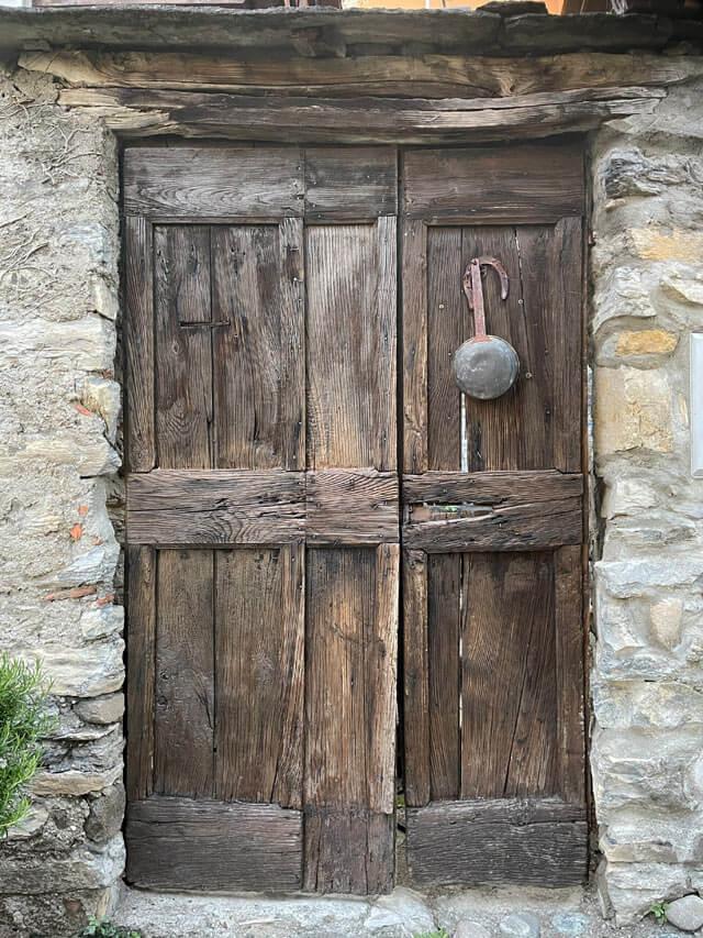 Un vecchio portone nel borgo storico di Rovenna a Cernobbio