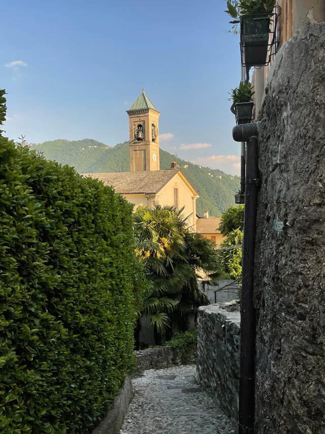 La chiesa di Rovenna domina il borgo rustico in collina a Cernobbio