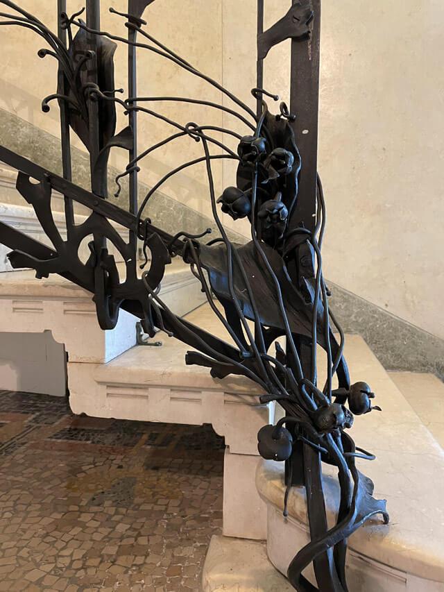 Villa Bernasconi ha una ringhiera liberty scolpita da Mazzucotelli