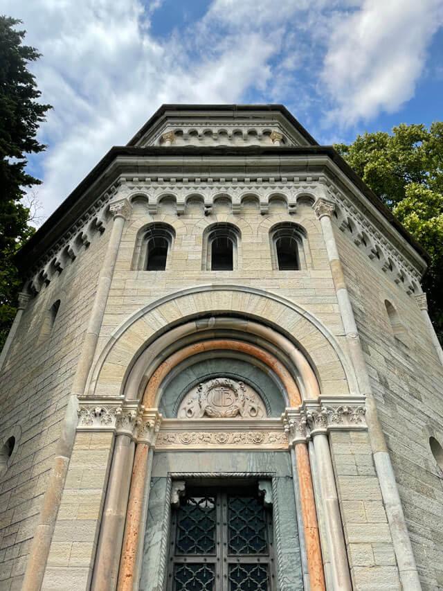 Nel giardino di Villa Pizzo c'è il mausoleo di famiglia fatto da Luca Beltrami