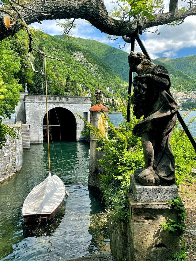 La darsena grande è una bellezza del giardino di Villa Pizzo