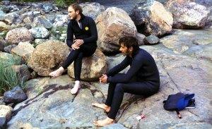 Miehet rantakalliolla.