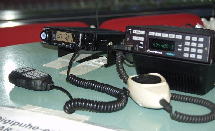 Kaksi radioa.