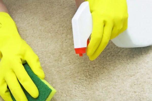 Limpando a superfície com uma esponja