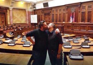 Pederi se ljube u Parlamentu Srbije