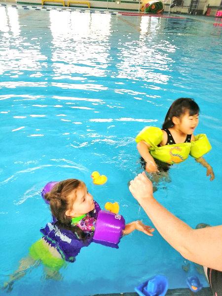 国内留学・英語ホームステイの人気アクティビティー「プール」遊び