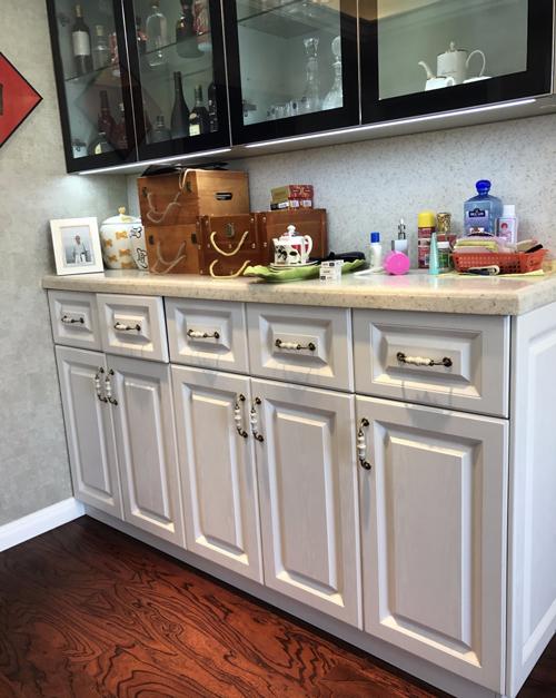 end kitchen cabinet unclog sink drain 不看准后悔 把握这些细节 帮你选到好厨柜 新浪家居 法拉第厨柜的设计师帮范先生把冰箱藏在了柜子里 这样看起来厨房整洁了许多 厨柜安装好 范先生觉得设计 材料 安装都非常好 索性把其他房间的定制家具都交给法拉第