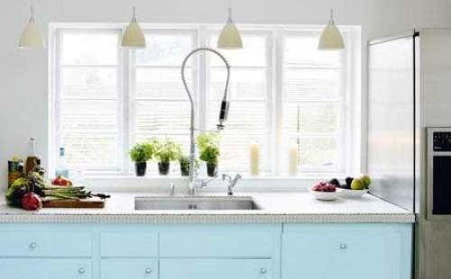 colored kitchen islands glass cabinet 后青春期的童话 彩色的梦幻厨房 新浪家居 因为有充足的空间 主人舍弃了吊柜 取而代之的是简洁的吊灯了充足的光线 如此梦幻的厨房当然少不了细节处的装饰 创意优质的水龙头 窗台上的可爱绿植都为厨房增加了