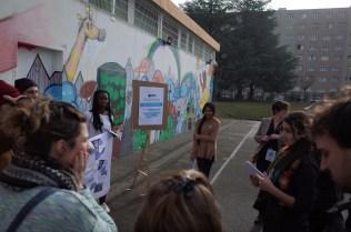 Les participants visitent la cour du collège