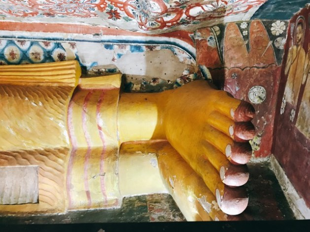 Sri Lanka Jasmine Tours & Drivers スリランカジャスミンツアーズ撮影。 マルキリガラ寺院 マルキリガラ遺跡 ムルキリガラ の涅槃仏 足元アップ