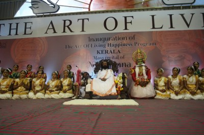 Mohiniattam dance performers take to stage with Founder of the Art of Living, Sri Sri Ravi Shankar