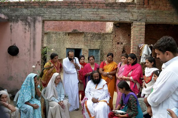 Sri Sri visits the family of the Hindu victim in Malikpur Village, Muzzafarnagar