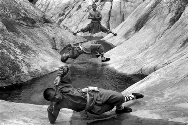 Шаолиньские монахи в стойках