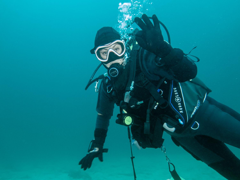 Dykker under vann
