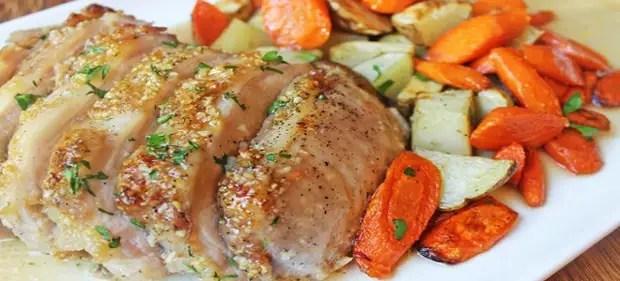 Porc avec des légumes dans la manche dans le four