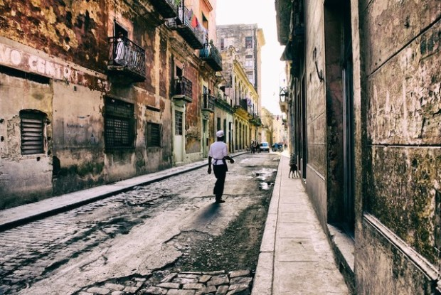 A cook walking down a crumbling street in Havavn