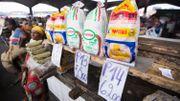 Des produits alimentaires libellés en francs congolais sur le marché de Gombe, le 18 avril 2016