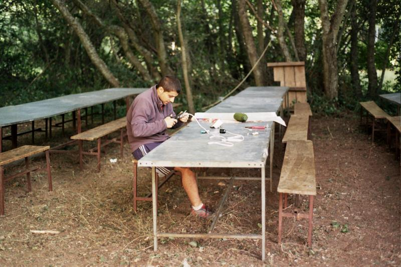 Galindo arreglando cosas en el campamento 2011
