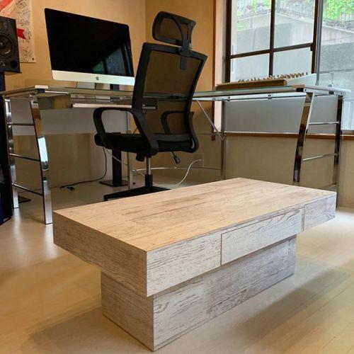 いつも音楽制作をしているスタジオにこんな素敵なオーダーメイドのテーブル来ました!!!!最高におしゃれ!!!!自粛期間中にスタジオの模様替えをしていて、白の木のテーブルでしかも前に使っていたテーブルと同じサイズのものを探してたので、スーパー理想のデザインで、しかもオーダーメイドだからばっちりなサイズを作ってもらいました!!(高さ320×幅900×奥行き500)しかもオプションで引き出しまで付けてもらって、使い勝手もデザインも最高です!こういう家具って人それぞれの好みのサイズ感や色味があるから、既製品だと、どうしても妥協がつきもの。でもオーダーメイドって全ての理想が完成するから、良いですね!オススメです!! #PR #オーダーメイド家具 #家具 #テーブル #棚 #収納 おしゃれ家具 #インテリア #模様替え #家 #おうち時間 #ナチュラルスタイル #テーブル  #ウッドテーブル