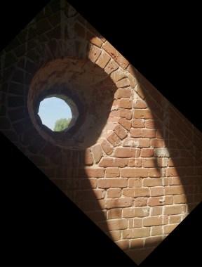"""На """"первом"""" этаже - круглые окошки, и лестница наверх"""