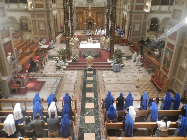 Religious-Family-of-the-Incarnate-Word-gathered-at-the-altar