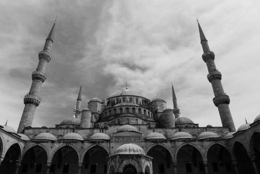 Blaue Moschee schwarz-weiß: Die Religion ist in Istanbul allgegenwärtig