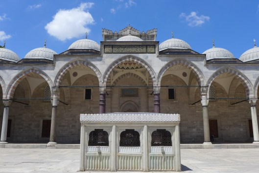 Blau-weiß: Der Himmel über Istanbuls leuchtend weißen Moscheen wirkt blauer als anderswo