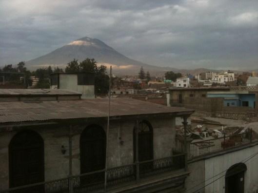 Hostel Dachterrasse in Arequipa: Wenn man sich bereits auf 2.300m befindet, wirken die 5.822m des Vulkans El Misti in der Morgensonne gar nicht mehr so hoch