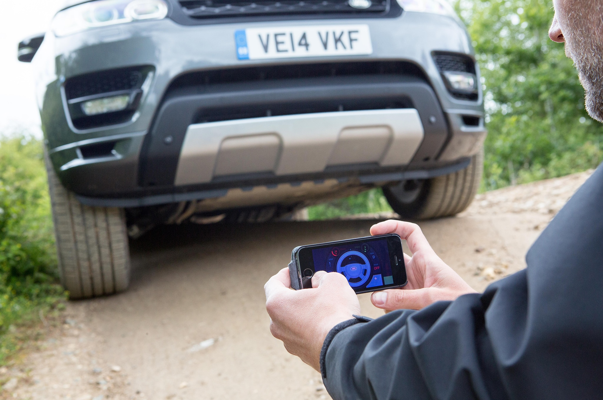 Smartphone App Lets f Roaders Drive a Range Rover Sport Remotely