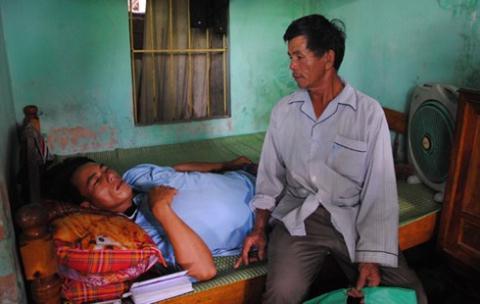 Anh Cương được gia đình chăm sóc tại nhà.