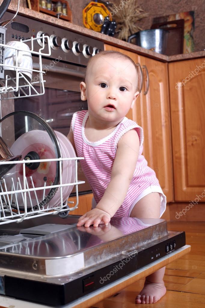 kitchen aid bowls pasta attachments 孩子1 岁洗碗机在厨房里 图库照片 c konstantin32 41669255