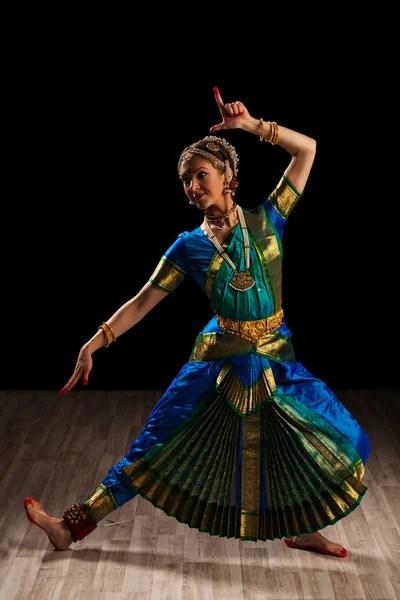 Gambar Tarian India : gambar, tarian, india, Tarian, Klasik, India, Foto,, Gambar, Bebas, Royalti, Depositphotos®